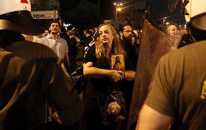 Tüntetés Athénban a Corpus Christi című előadás bemutatása ellen
