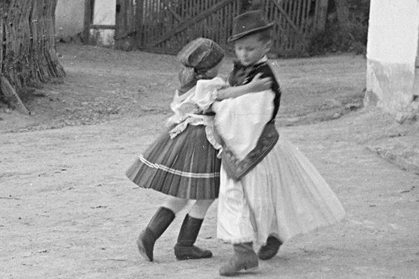 Gyerekek népviseletben