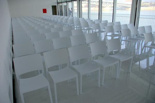 Az A38 Hajó kiállítótere, ahol komolyzenei koncertek közönsége foglalhat helyet a hófehér székeken