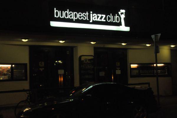 A Budapest Jazz Club Hollán Ernő utcai portálja éjjel