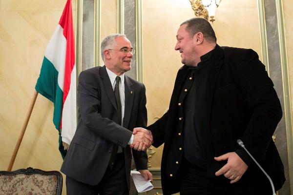 Balog Zoltán gratulál a Nemzeti Színház élére frissen kinevezett Vidnyánszky Attilának