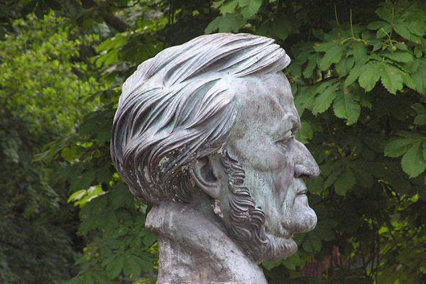 Richard Wagner büsztje a bayreuth-i Festspielhaus kertjében