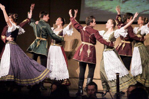 A Szilárdul állj magyar! című előadás képei