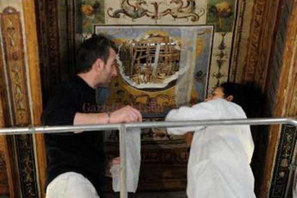Az Uffizi-képtár freskójának megsérült része (forrás gazzettadelsud.it)