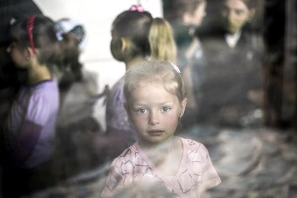 Mohai Balázs:Önkéntes gyermekmentők (XXXI. sajtófotó kiállítás)