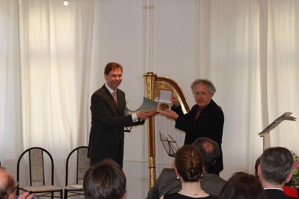Dirk Hegemann átveszi az Artisjus Pro Artibus-díját Hollós Mátétól
