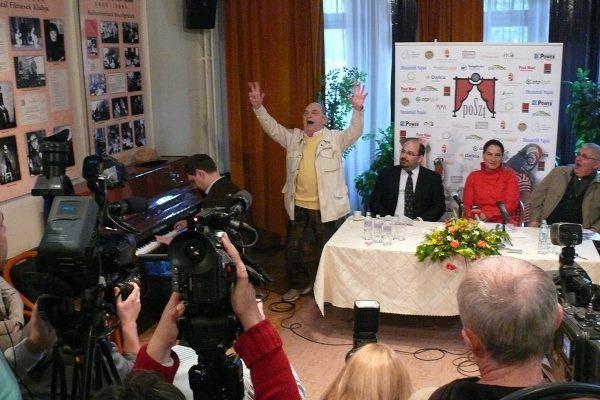 Bodrogi Gyula énekel a POSzT sajtótájékoztatóján