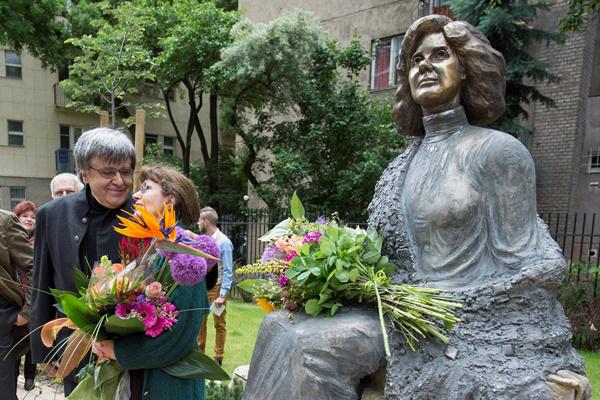 Marosits István, a szobor alkotója és Gábor Júlia, Ruttkai Éva leánya az új szobor mellett