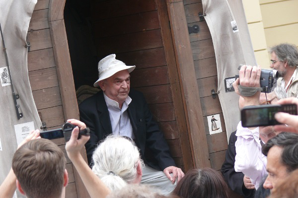 Bodrogi Gyula az ekhós szekéren - 13. Pécsi Országos Színházi Találkozó - 1. nap