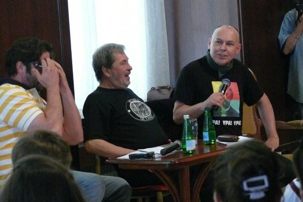 Lévai Balázs fogja a fejét a szakmai beszélgetésen - mellette a Bolha a fülbe hozzászólói - 13. Pécsi Országos Színházi Találkozó - 4. nap