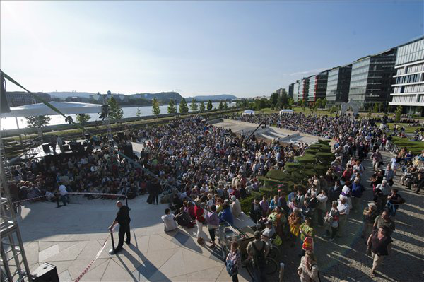 Érdeklődők a Bajor Gizi parkban a Nemzeti Színház búcsúgáláján