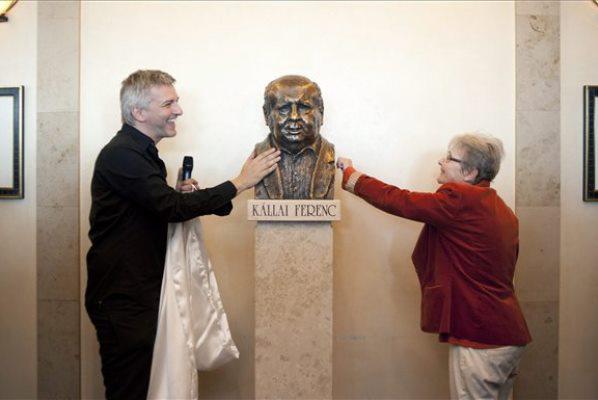 Alföldi Róbert és Törőcsik Mari felavatják Kállai Ferenc mellszobrát a Nemzeti Színházban