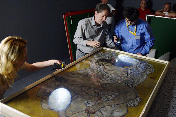 Baán László, a Szépművészeti Múzeum főigazgatója (k) vizsgálja Schiele Fekvő női akt című képét