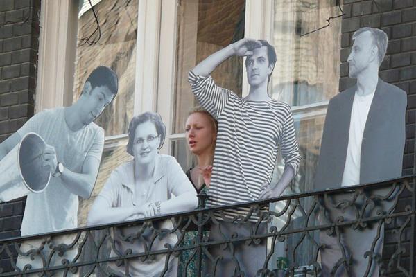 Színészek az erkélyen (papíron és élőben) az Örkény kert