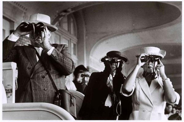 Lóversenyen, Deauville, Franciaország, 1951. augusztus. Robert Capa felvétele© International Center of Photography, New York–Magyar Nemzeti Múzeum gyűjteménye