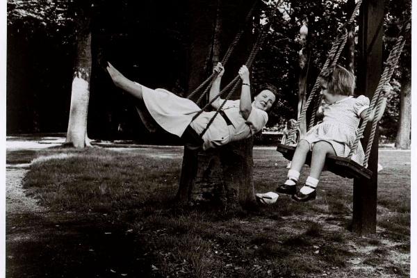 Juliana királynő Maryke lányával, Soestdijk Palace, Hollandia, 1951. Robert Capa felvétele© International Center of Photography, New York—Magyar Nemzeti Múzeum gyűjteménye