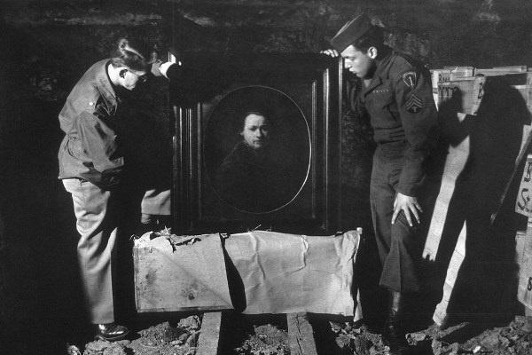 Amerikai katonák vizsgálnak a nácik által zsidóktól elkobzott műkincseket