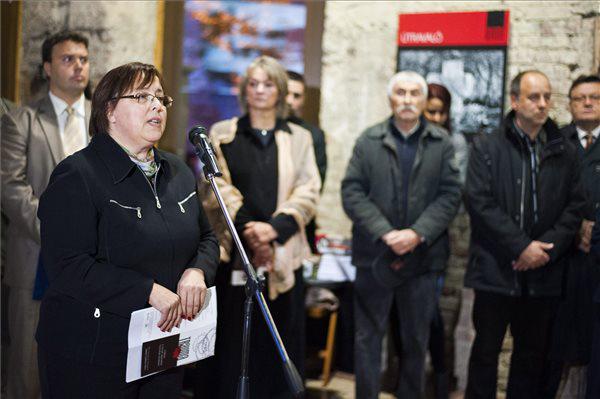 Szalayné Sándor Erzsébet nemzetiségi ombudsmanhelyettes beszédet mond a Trauma c. tárlat megnyitóján