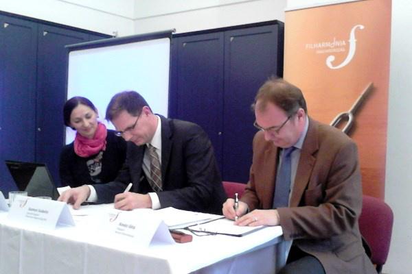 Szamosi Szabolcs, a Filharmónia Magyarország ügyvezetője és Kovács Géza, a Nemzeti Filharmonikusok főigazgatója aláírja az együttműködési megállapodást