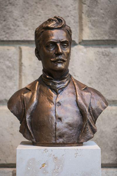 Puccini szobra a MAgyar Állami Operaház előtt