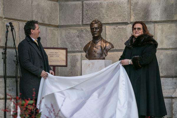 Ókovács Szilveszter és Marton Éva Puccini szobrának lelepletésén