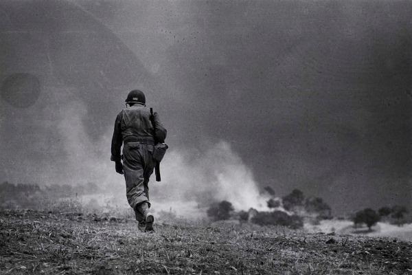 Amerikai katonai járőr Troina közelében, 1943. augusztus 4-5. Robert Capa felvétele © International Center of Photography, Magnum–Magyar Nemzeti Múzeum gyűjteménye