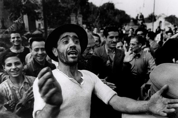 Az amerikai csapatok üdvözlése. Monreale, 1943. július 23. Robert Capa felvétele © International Center of Photography, Magnum–Magyar Nemzeti Múzeum gyűjteménye