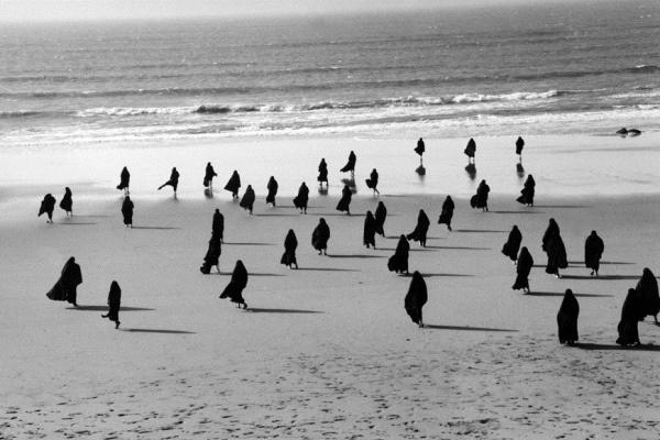 Elragadtatás (Rapture, 1999) filmrészlet - Copyright Shirin Neshat - A művész és a Gladstone Gallery (New York, Brüsszel) engedélyével