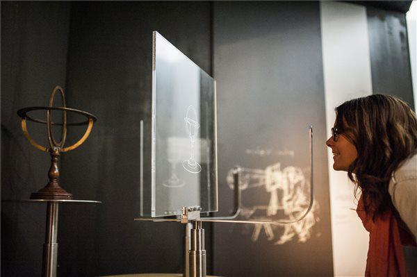Érdeklődő néz egy Leonardo da Vinci által leírt perspektíva-rajzoló eszközt
