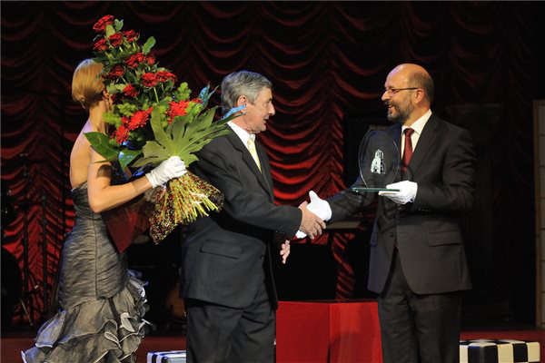 Molnár László (középen) átveszi az életműdíjat