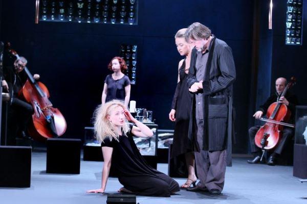 Az előtérben Szandtner Anna, Für Anikó és Gálffi László A képzelt beteg c. előadásban