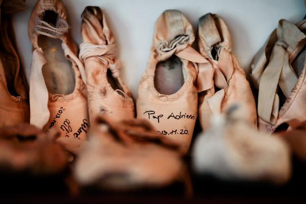 A Magyar Nemzeti Balett vezető táncosai dedikált spicc- és gyakorlócipőkkel ajándékozták meg a megújult Táncarchívumot