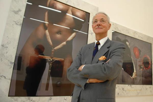 Karlheinz Essl gyűjteménye egyik darabja előtt