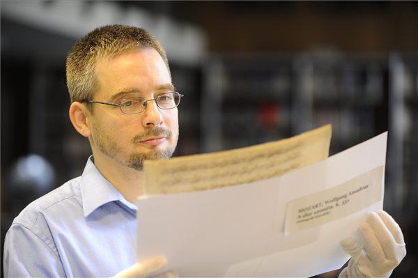 Mikusi Balázs, a Zeneműtár vezetője a Mozart-szonáta kéziratával