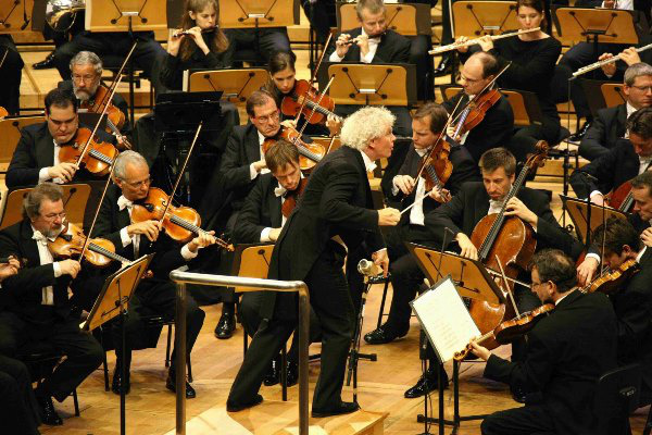 A Berlini Filharmonikusokat Sir Simon Rattle vezényli