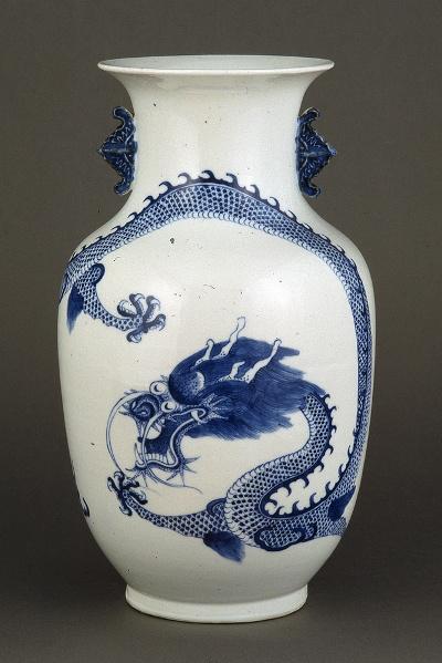 Porcelán váza sárkányos díszítéssel