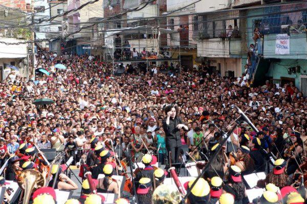 A Simón Bolívar Ifjúsági Szimfonikus Zenekar Gustavo Dudamel vezényletével Caracas szegénynegyedében játszik (Forrás: Zeneakadémia)
