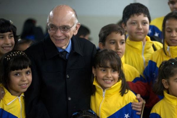 Abreu mester venezuelai gyerekekkel (Forrás: Zeneakadémia)