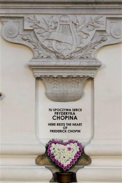 Chopin szívét jelző tábla a Szent Kereszt templom oldalán