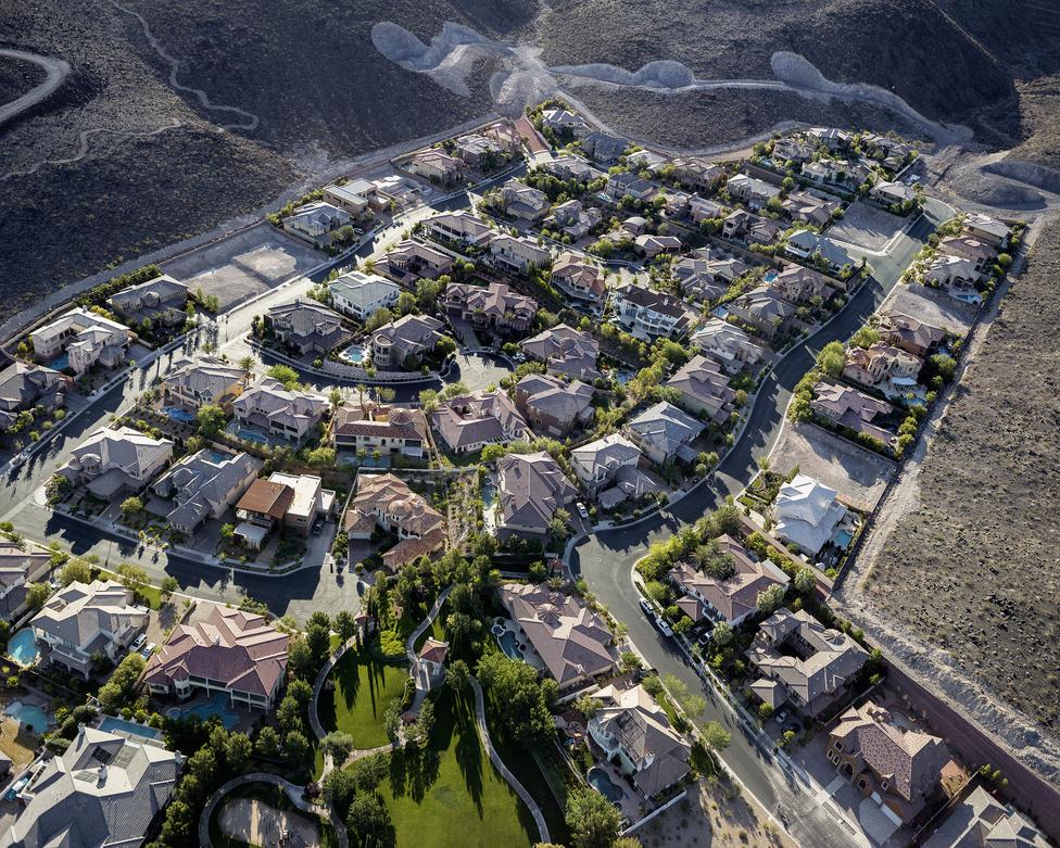 Őrzött luxuslakópark a Nevadai sivatagban, Las Vegas mellett.
