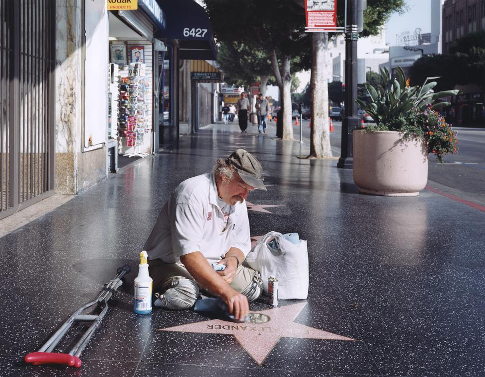 Egy amputált lábú férfi tisztítja a csillagokat a hírességek sétányán Hollywoodban.