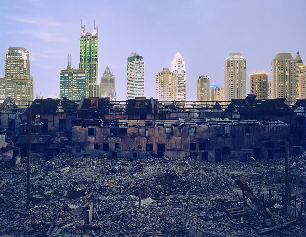 Fejlesztés előtt álló ingatlanok Shanghaiban, mögöttük a város üzleti negyede.