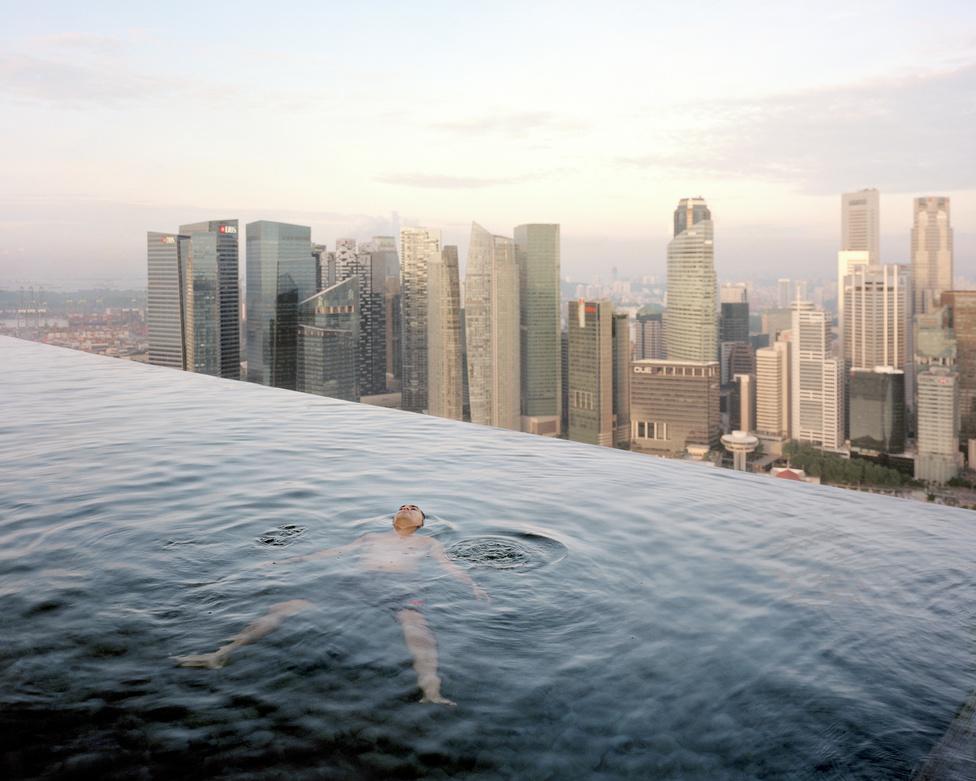 Egy férfi lebeg az 57. emeleti medencében a szingapúri Marina Bay Sands Hotelben.