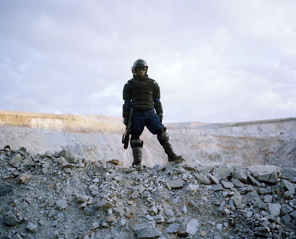 Biztonság őr egy tanzániai gyémántbányában