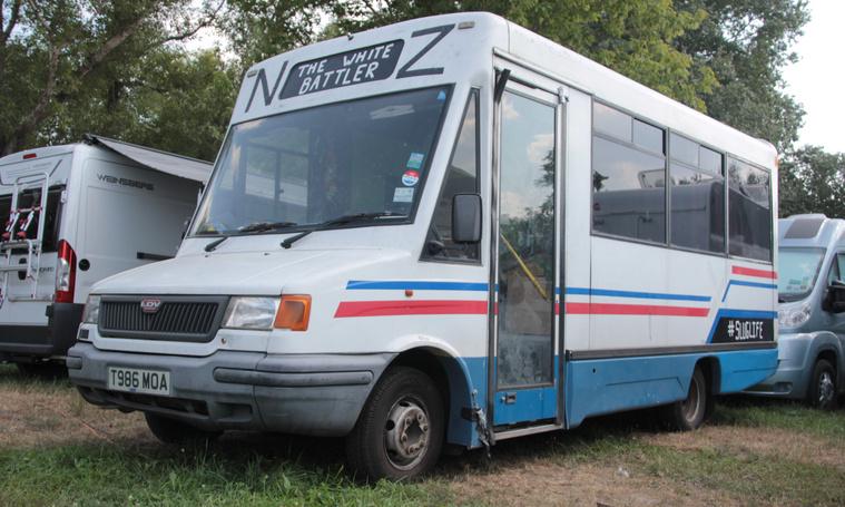 Valamikor helyi járatú kisbusz volt Angliában, most partimobil IV. A feliratból ítélve új-zélandi társaságé lehet
