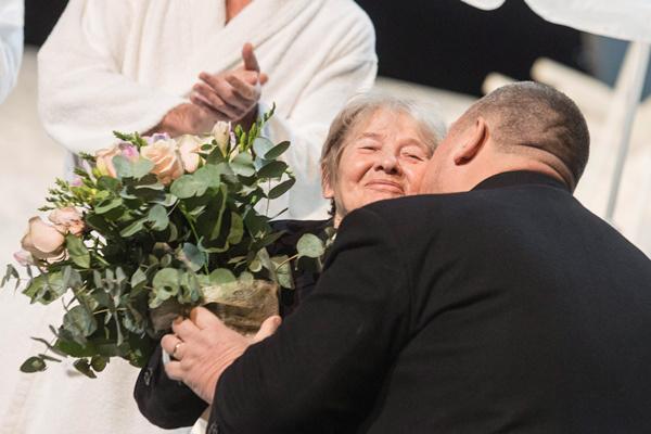 Törőcsik Marit köszönti Vidnyánszki Attila (MTI Fotó: Kallos Bea)