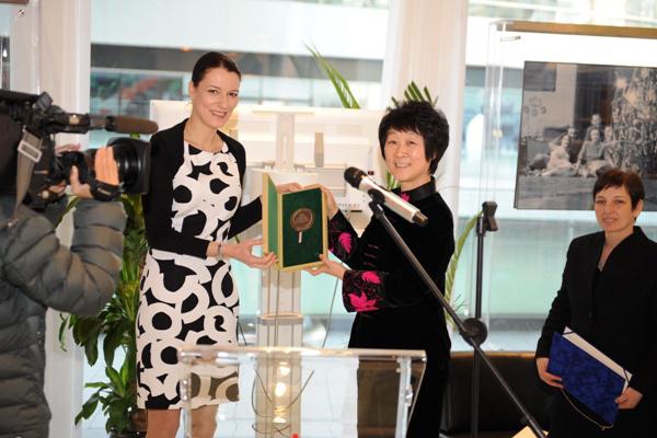 Szilas Cecília pekingi magyar nagykövet átadja a Pro Cultura Hungarica díjat Kao Csien-csin  asszonynak. (MTI Fotó: Trebitsch Péter)