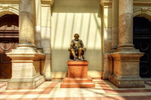Marx szobra a Corvinus aulájában