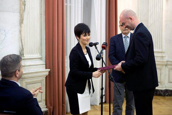 Gyurkó Csilla, Lajtha László hagyatékának gondozója átadja a díjat Oláh Péter fuvolaművésznek (MTI fotó: Koszticsák Szilárd)