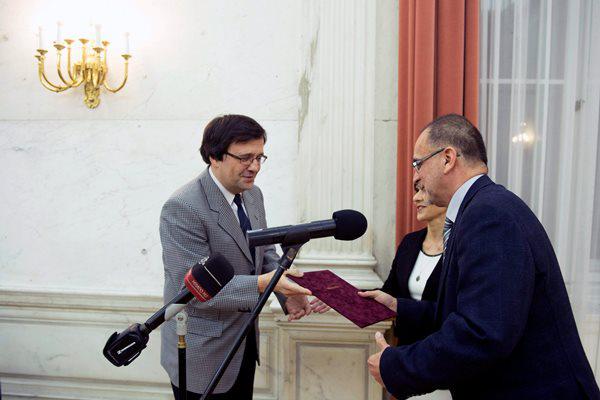 Jónás István, a Magyar Rádió Nonprofit Zrt. vezérigazgatója átadja Némethy Attilának a díjat (MTI fotó: Koszticsák Szilárd)
